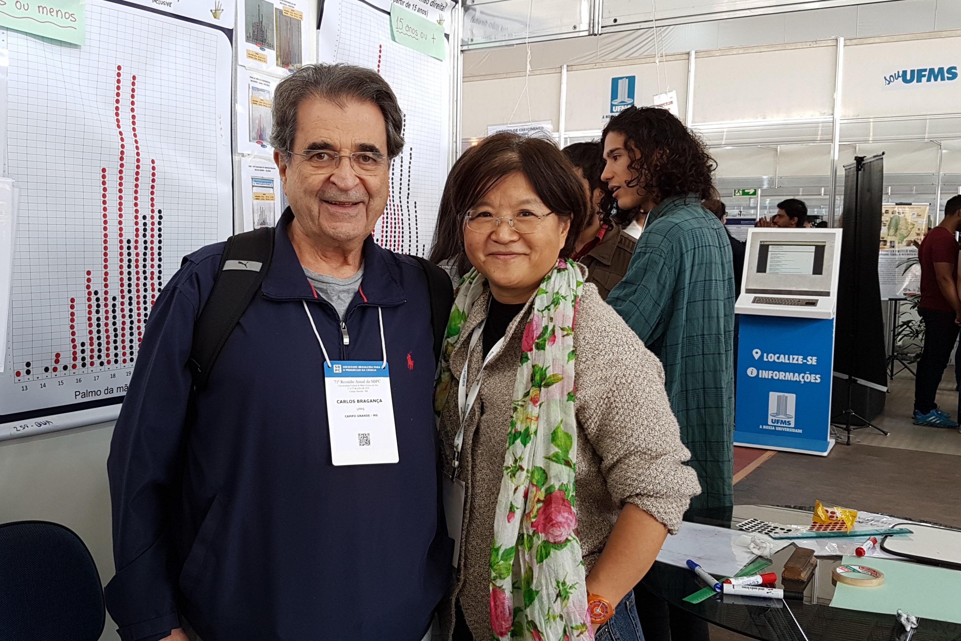 Prof. Carlos Pereira visita o estande da Estatística